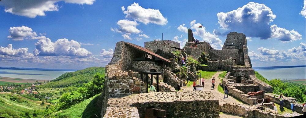 Szigliget Ruiner från det medeltida slottet foto Kontiki