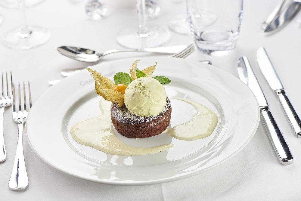 emotion au chocolat tiède glace pistache et crème vanille bourbon (choklad med pistaschglass, vanilj och bourbon). foto christian creutz