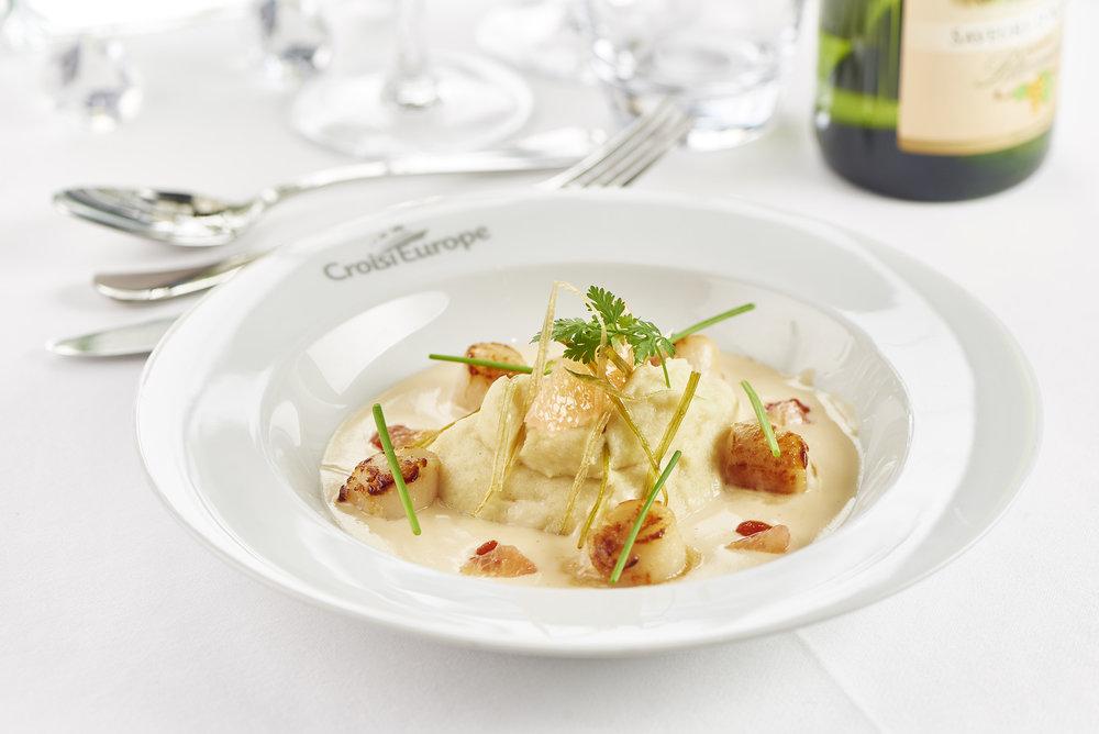 Saint Jacques poêlée mousseline de céleri beurre blanc aux agrumes (pilgrimsmusslor, sellerimos, smörsås med citrusfrukter) foto christian creutz