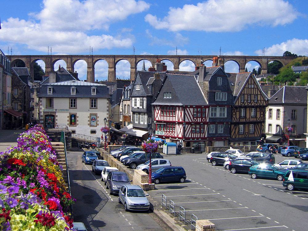 morlaix, viadukten och korsvirkeshus. foto Thesupermat