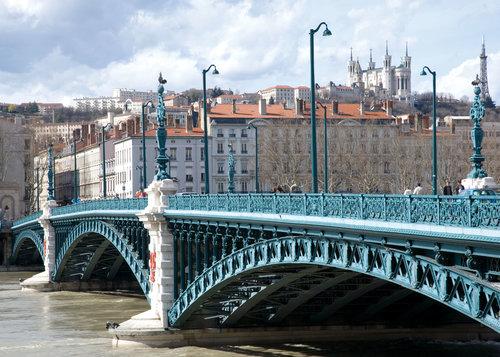 lyon universitetsbron och kyrkan basilique de fourvière