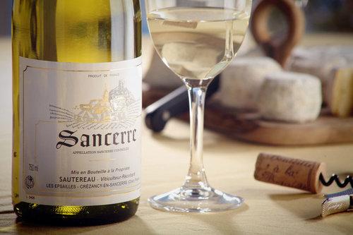 två läckerheter: Ett glas sancerre och osten chavignol