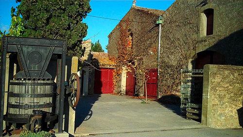 Rieux-Minervois, vingård med gammal druvpress.foto ryanovineyard