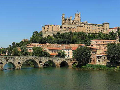 Beziers, katedralen och den romerska bron. foto Sanchezn