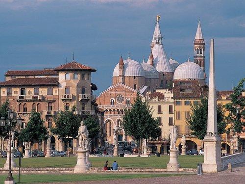 Padova, prato della valle och basilikan san Antonio.
