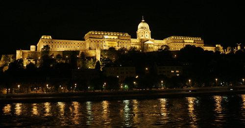 vid ankomst till Budapest ser ni det praktfullt upplysta slottet