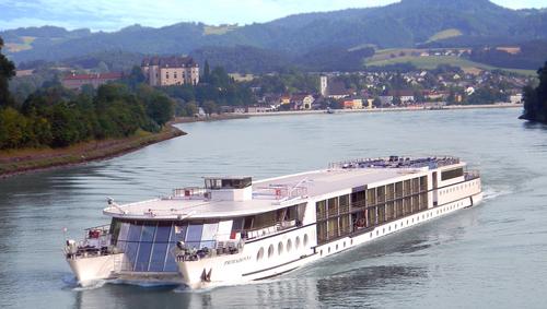 Båten lämnar grein. foto donau touristik