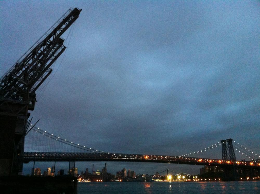 May '12 / Spare Time/ New York     mciny :     Et natte-view af Williamsburg-broen, som jeg cykler over hver dag. Til venstre ligger resterne af de mangeindustribygninger, der præger store dele af Brooklynns ansigt mod Manhatten.