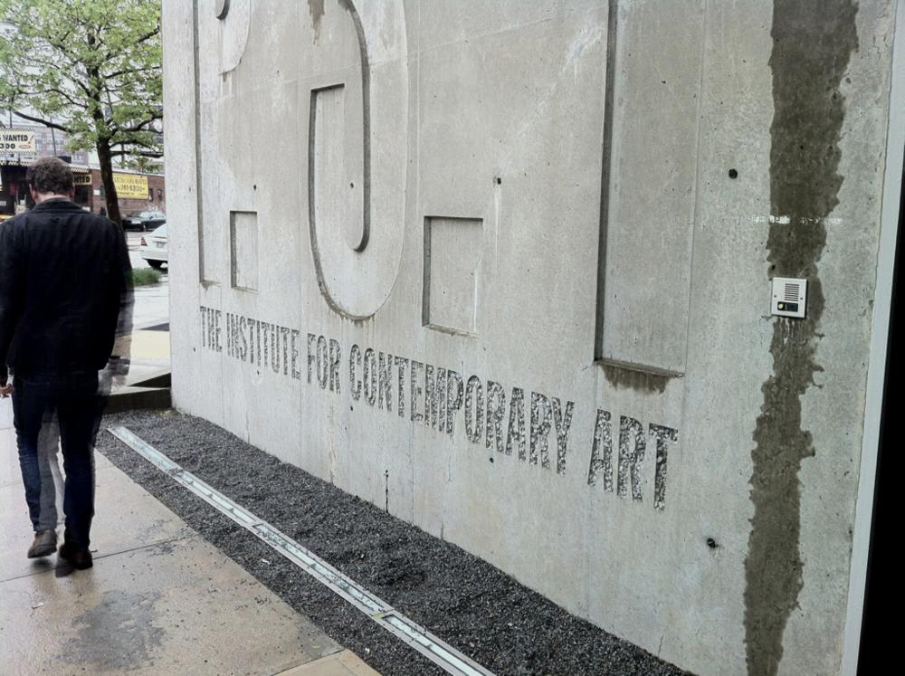 """April '12 / Spare Time/ New York mciny: Sidste weekend var jeg med nogle andre danskere på MOMAs lillebror i Queens MOMA PS1. PS står for Public School og det er fordi museet ligger i en gammel folkeskole. Indgangen til museet er noget af det man har tilføjet den gamle skole, der ellers står så rå og uberørt som muligt. Her på billedet synes jeg især det er fedt de to forskellige måder man har valgt at """"indgravere"""" muren på. Se resten af billederne fra MOMA PS1 paamciny"""