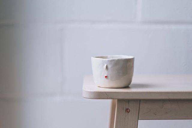 Cup with face from @yasuko.arakawa 😍  Photo from @arturrummel #ceramics #instaceramics #cupswithfaces