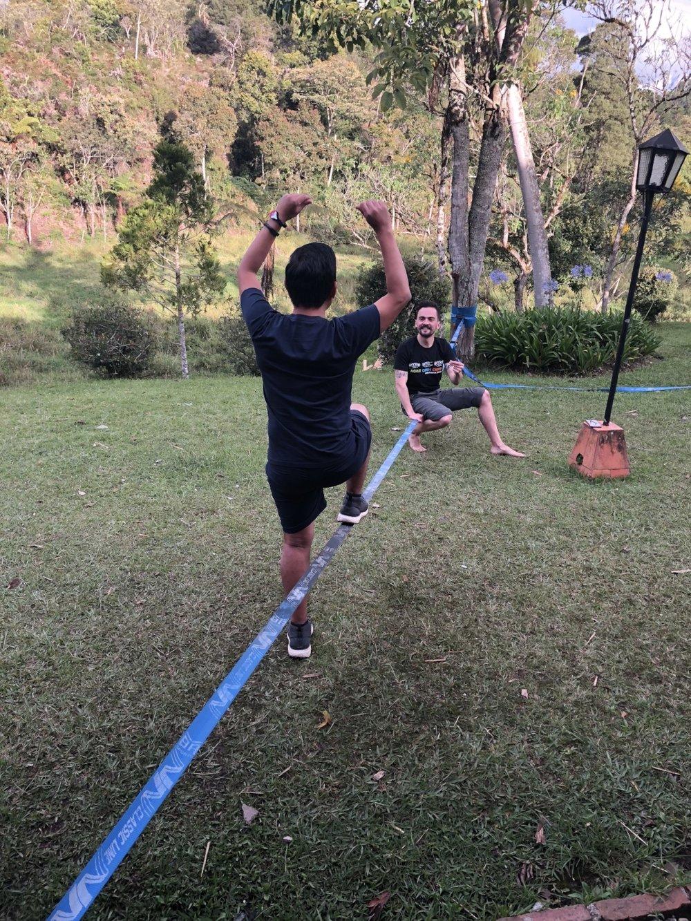 Hiro con Daniel, en pleno proceso de Kata sobre la linga