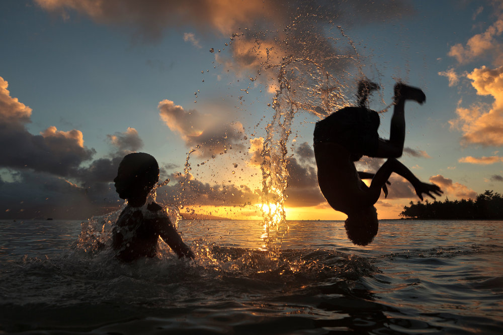 travel-photography-tips-boys-playing-in-lagoon