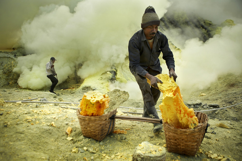 Ijen---Sulfur-miner-takes-a-rest-at-the-top-of-the-crater-(2).jpg