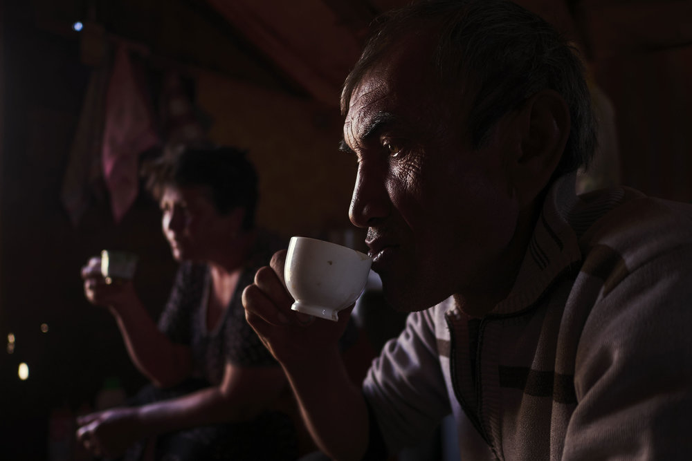 Armenia-Vayots-Sar-shepherd-having-coffee