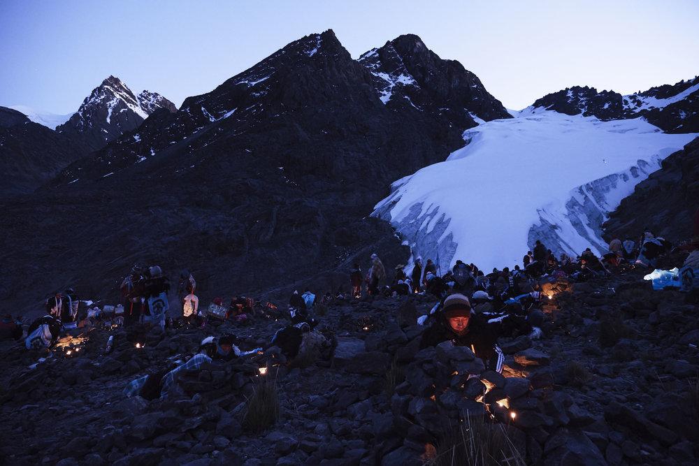 Qoyur'ritti pilgrims and candles