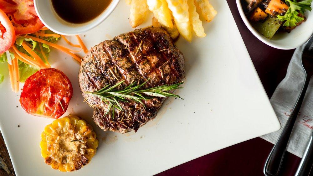 TENDERLOID STEAK - สเต็กเนื้อสันในจาก KU Beef (ม.เกษตรศาสตร์) เกรด พรีเมี่ยม นุ่ม ชุ่มช่ำ เหมาะกับบรรยากาศยามเย็น ทานคู่กับไวน์แดง เสริมความอร่อยกันเป็นอยางดี