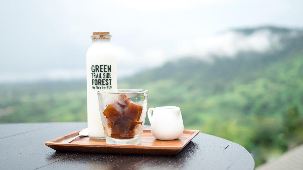 COFFEE MELT - กาแฟเอสเปรสโซ่แท้ๆ ของเขาค้อ แข่แข็งให้เป็นก้อน เสริฟกับนม รสราติคล้ายลาเต้ แต่มีอะไรที่มากกว่า