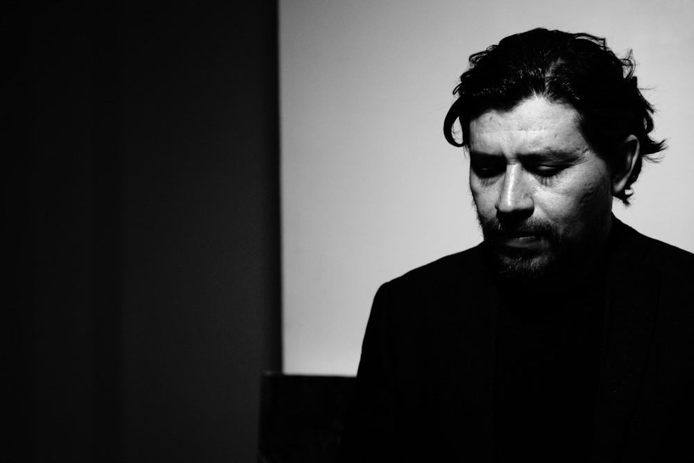 Rene Almanza en su estudio, retrato por ©Julio Pineda 2014, México D.F.