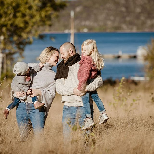 Fall has arrived! Get out and get some colorful shots done! Backdrops eeeeverywhere. Here we just jumped of the road for a quick session. • • #familyphotography  #livestylephotography🧘‍♀️📷 #norway #family  #fall #høstfarger  #familiefotografie