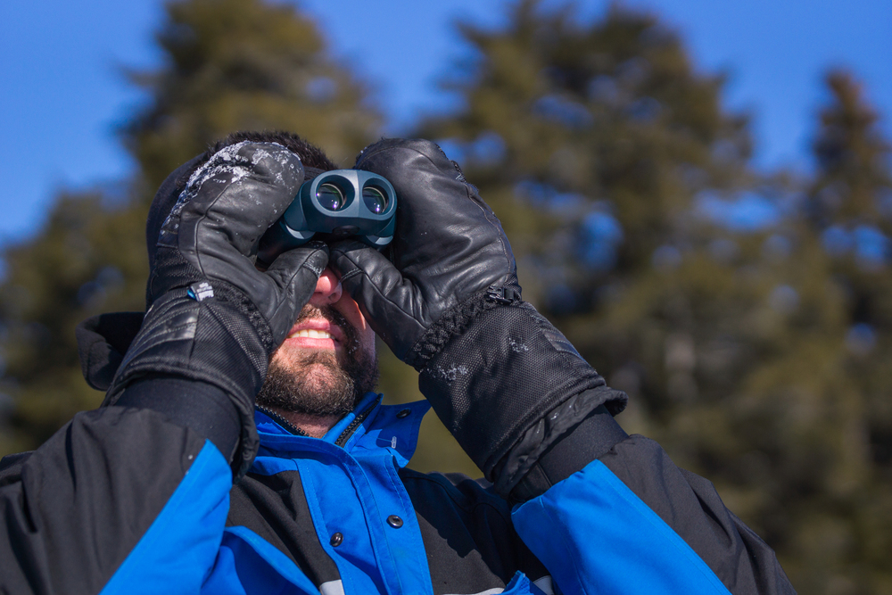 Troscianiec maine man using binoculars photo-06425.JPG