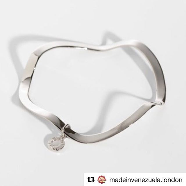 @madeinvenezuela.london ・・・ Natural elegance by Claudia Jaffe. Available in many colours at www.MadeInVenezuela.london 🍃 #naturalelegance #claudiajaffe #smooth #ballerina #bangle #silver #inspiredbynature #handmade #jewellery #madeinvenezuela #chic #elegant #blogger #fashion #glam #style