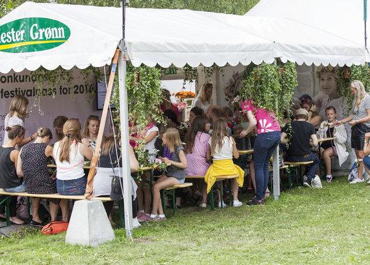 Bildene er fra Mester Grønns stand hvor de ansatte lærte festivaldeltakerne og lage blomsterkranser