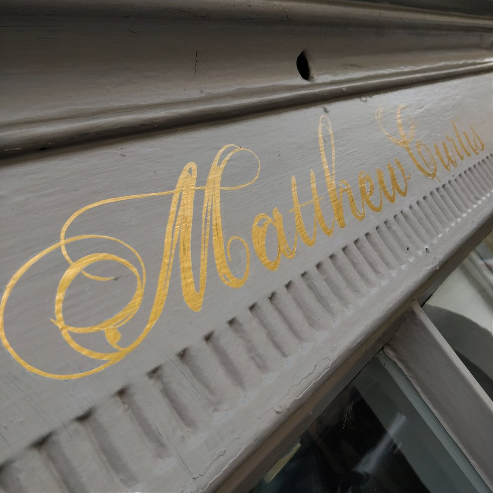 cheltenham- signwriter- signpainter_evesham_cotswolds_sign-handpainted-woodenpins-goldleaf-glos