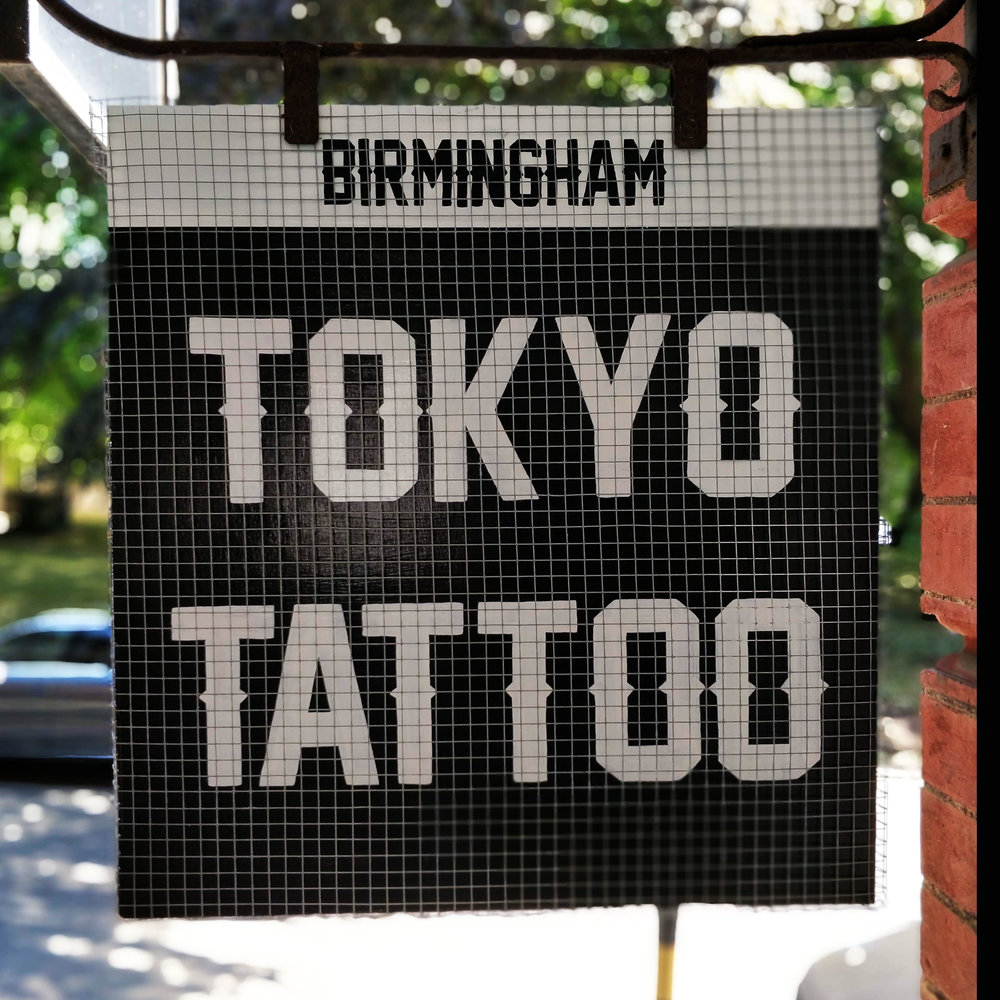 cheltenham- signwriter- signpainter_evesham_cotswolds_sign-handpainted-woodenpins-goldleaf-glos-tattoosign-tokyotattoo