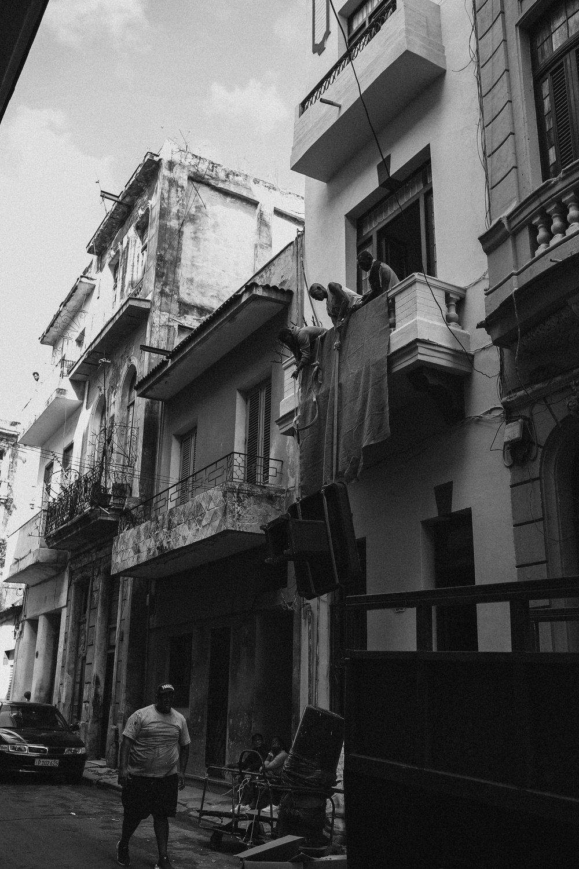 """"""" why women live longer"""" -tilanne. Paikalliset Kuubalaiset teki muuttoa kerrostalo asuntoon nostamalla köysillä todella painavia huonekaluja toiseen kerrokseen."""