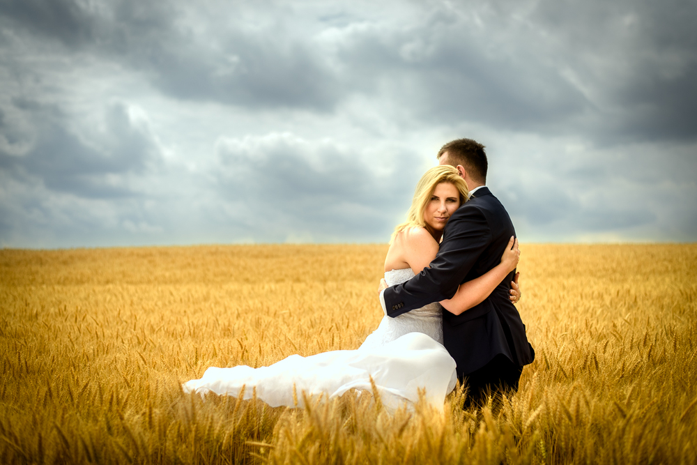Sesja ślubna pod gołym niebem na polu