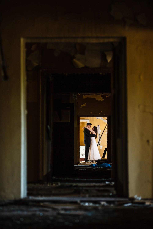 Sesja ślubna w opuszczonym budynku Bydgoszcz