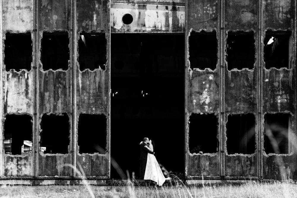 Plener ślubny w opuszczonym budynku