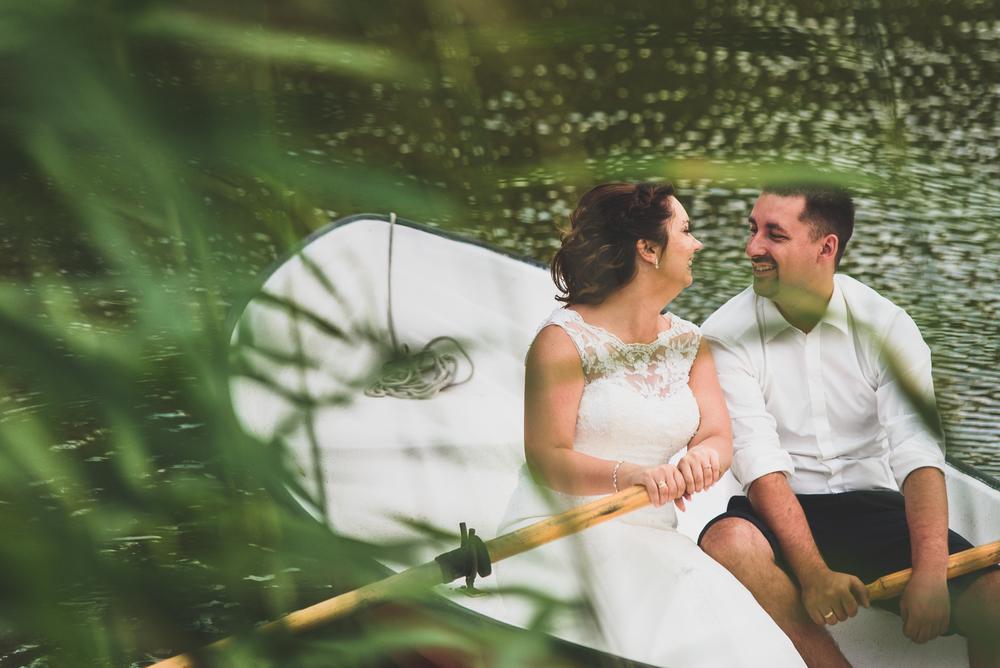 Plener ślubny nad jeziorem w łódce