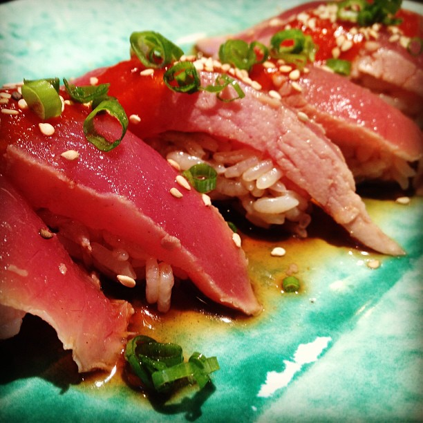 Tuna tataki sushi with ponzu sauce.🍣 #raw #mikimoto #sushi