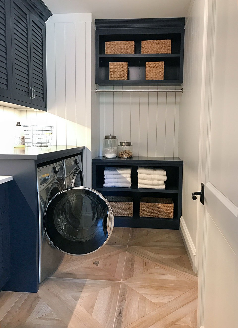 Vertical shiplap makes a statement in a laundry room // navy and white laundry room // farmhouse laundry room