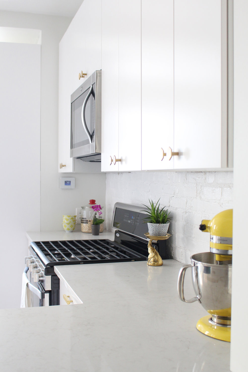 Read a review of our Caesarstone London Grey quartz countertops one year later. || quartz countertops, kitchen countertops, marble-look countertops, marble quartz countertops