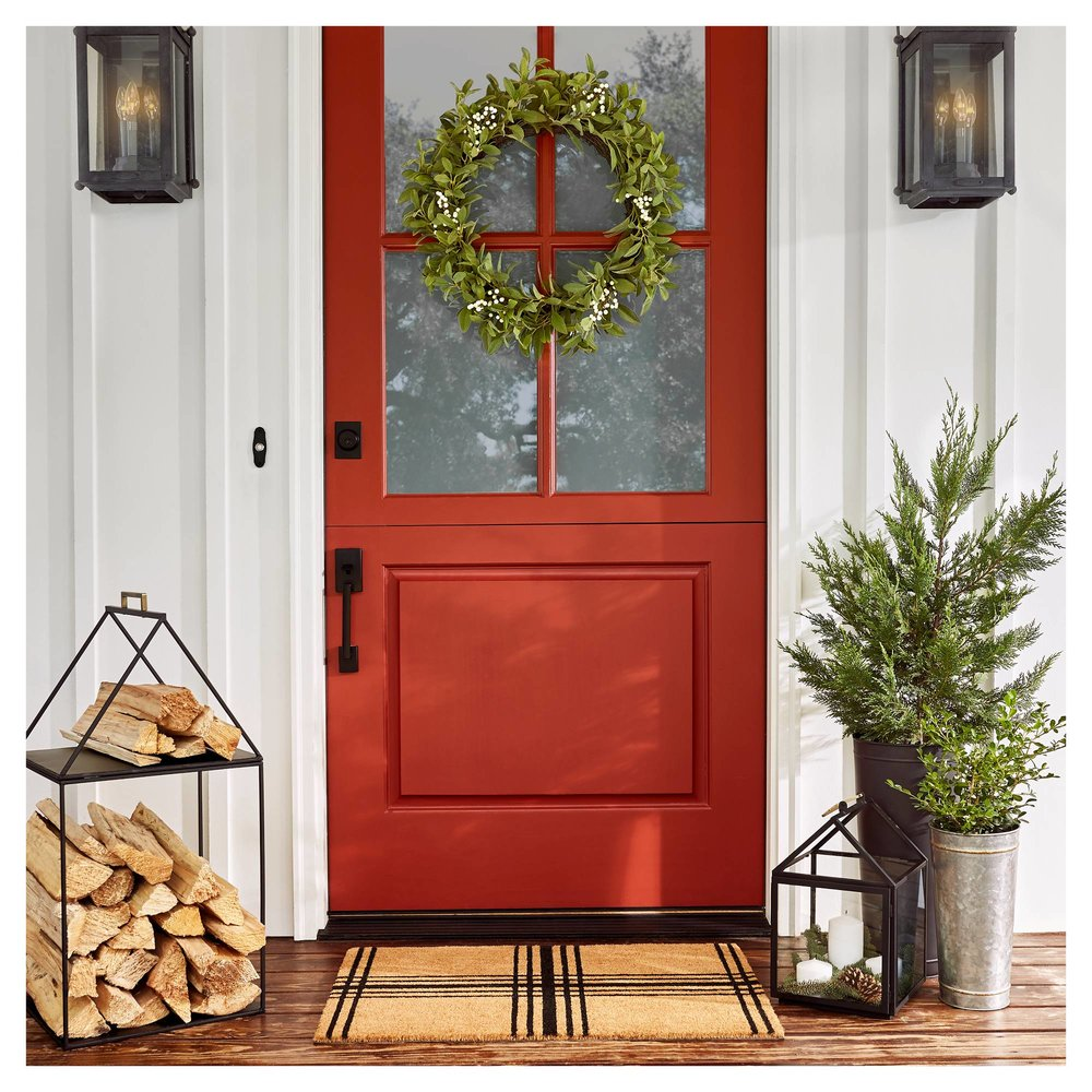 Find out how to create a cozy home for hospitality from an interior designer! || Red front door, design a cozy house, front porch decor, front porch decorating tips,