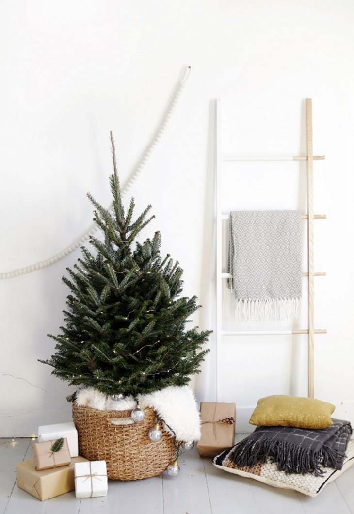 Feeling overwhelmed about how to decorate your home this holiday season? Keep your Christmas decor simple this year. Grab a small Christmas tree, use a basket as a base, put some lights on it, and call it a day! // Scandinavian Christmas, simple Christmas decor, minimalist Christmas.