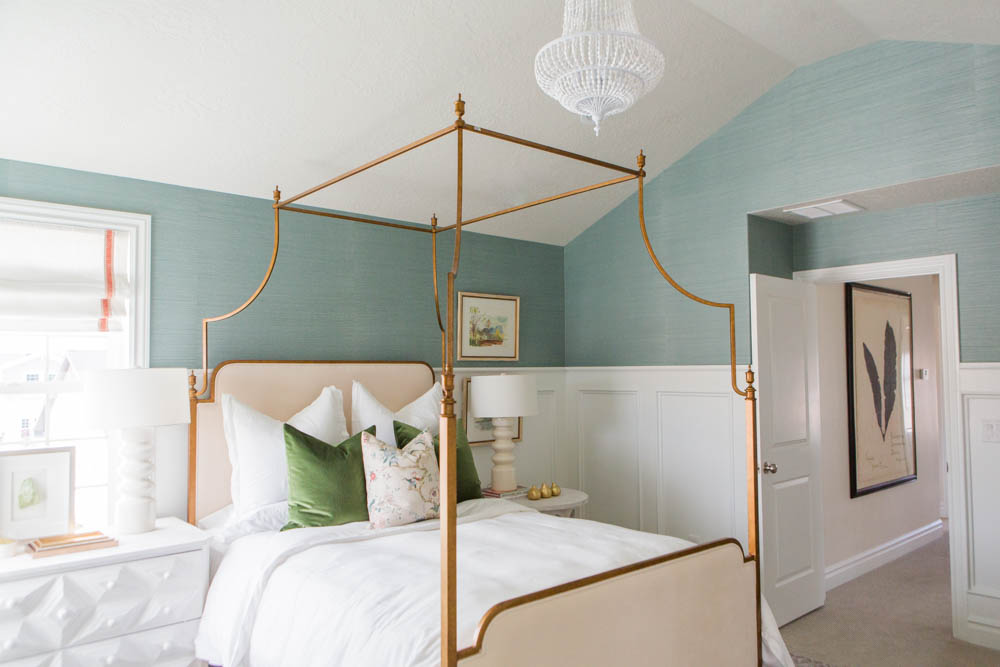 Yes, you can have mismatched nightstands in your bedroom! Read about how to do it well on the Mix & Match blog. Isn't white and blue traditional bedroom beautiful? (Design: House of Jade)