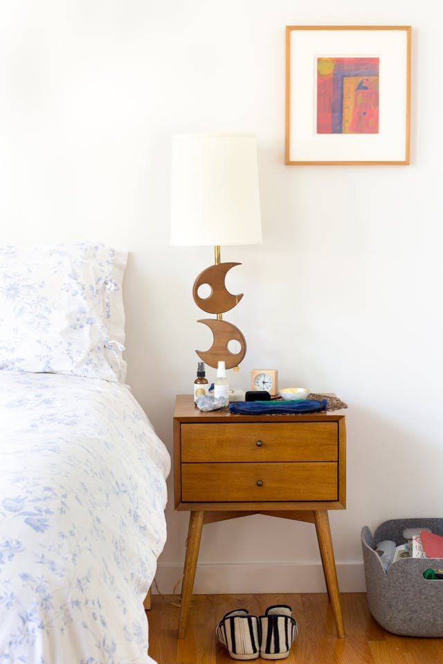 How do you choose the right side table and table lamp combination? Head to this post! I've got six no-fail combinations for you to try in your home and a lot of tips on how to choose well! // A mid-century modern nightstand pairs nicely with a funky brass lamp