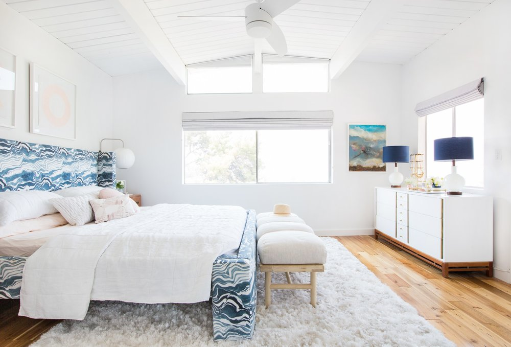 Need a ceiling fan? Don't sacrifice style for function. There are lots of great options out there these days - come read about how to pick the right ceiling fan out. || Mid-century eclectic bedroom with ceiling fan