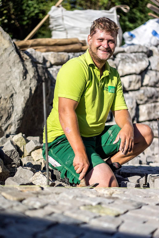 Andreas Merk Gartenbaumeister Andi durften wir von der Ausbildung bis zum Meister begleiten. Seine vielfältigen Kompetenzen setzt er als Baustellenleiter erfolgreich ein.