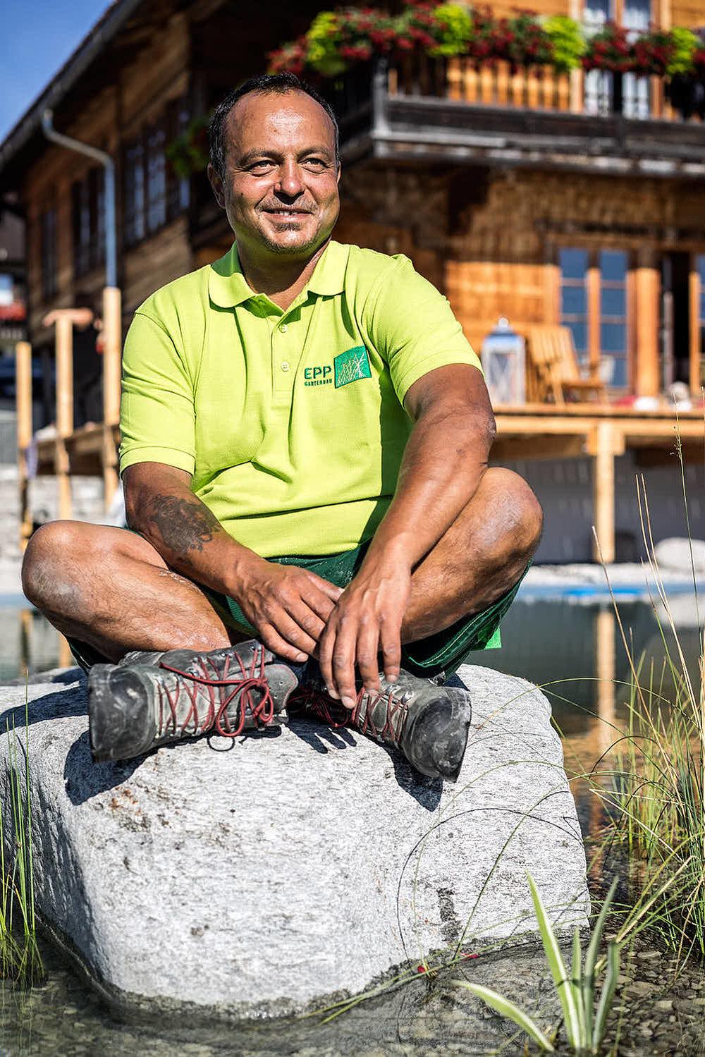 Tarig Omer Selbstständiger Landschaftsgärtner & Staatlich geprüfter Schwimmteichbauer Bringt Wasser in Ihren Garten. Man munkelt, er hat schon Schwimmhäute.