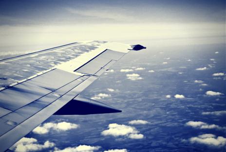 Imagem de um avião em pleno voo.