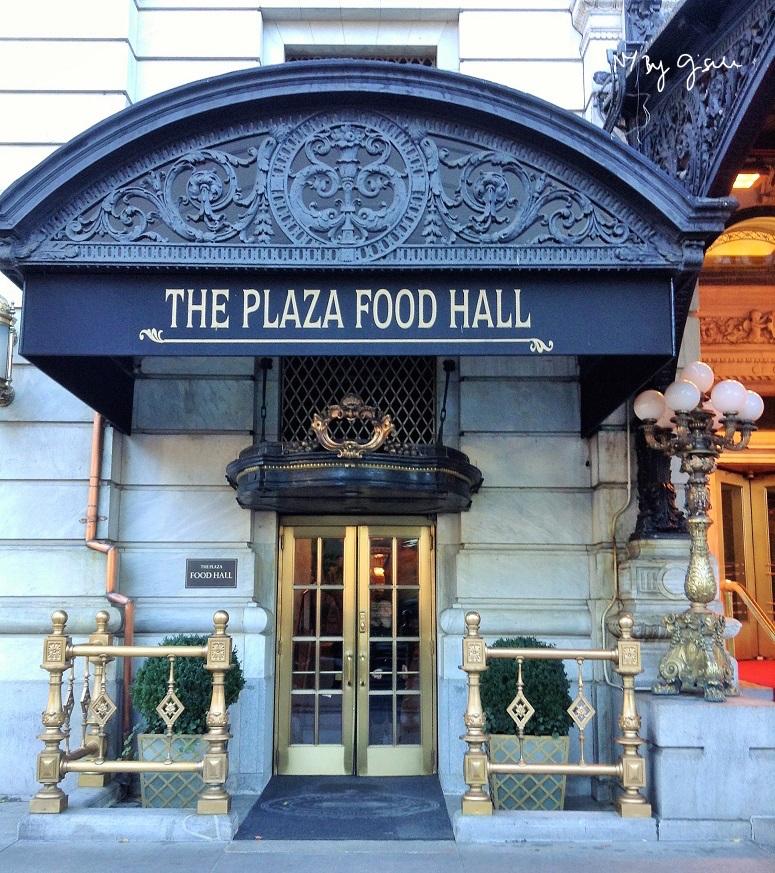 Imagem da porta do Plaza Food Hall em Nova York