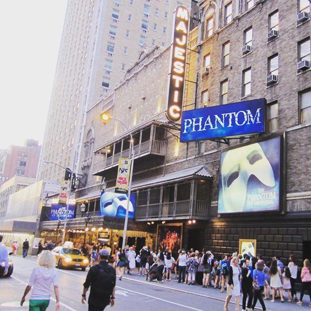 """🇧🇷 Hoje é dia de ingresso de graça em shows da Broadway para menores de 18 anos! Em parceria com a NY Times, hoje acontece o """"Kids' Night on Broadway"""", onde shows participantes dão acesso gratuito à menores de 18, quando acompanhados de adultos pagando valor normal. Tem shows como Wicked, O Fantasma da Ópera, Anastasia, Alladin, Chicago, entre outros. Veja mais detalhes em kidsnightonbroadway.com/ #Broadway #timessquare #timessquarenyc 🇺🇸 Today is """"Kids' Night on Broadway"""", where people under 18 years old get a free ticket when accompanied by an adult paying full price on valid shows, like Wicked, Phantom of the Opera, Anastasia, Aladin, Chicago. Details on kidsnightonbroadway.com/ . . . . #nyc #newyork #ny #manhattan #iloveny #bigapple #newyorker #ig_nyc #instagramnyc #what_i_saw_in_nyc #nyclife #nycblogger #newyorklife #novayork #novaiorque #nyctips #newyorkcity #dicasny #nyc🗽#lovenyc #roteironovayork"""