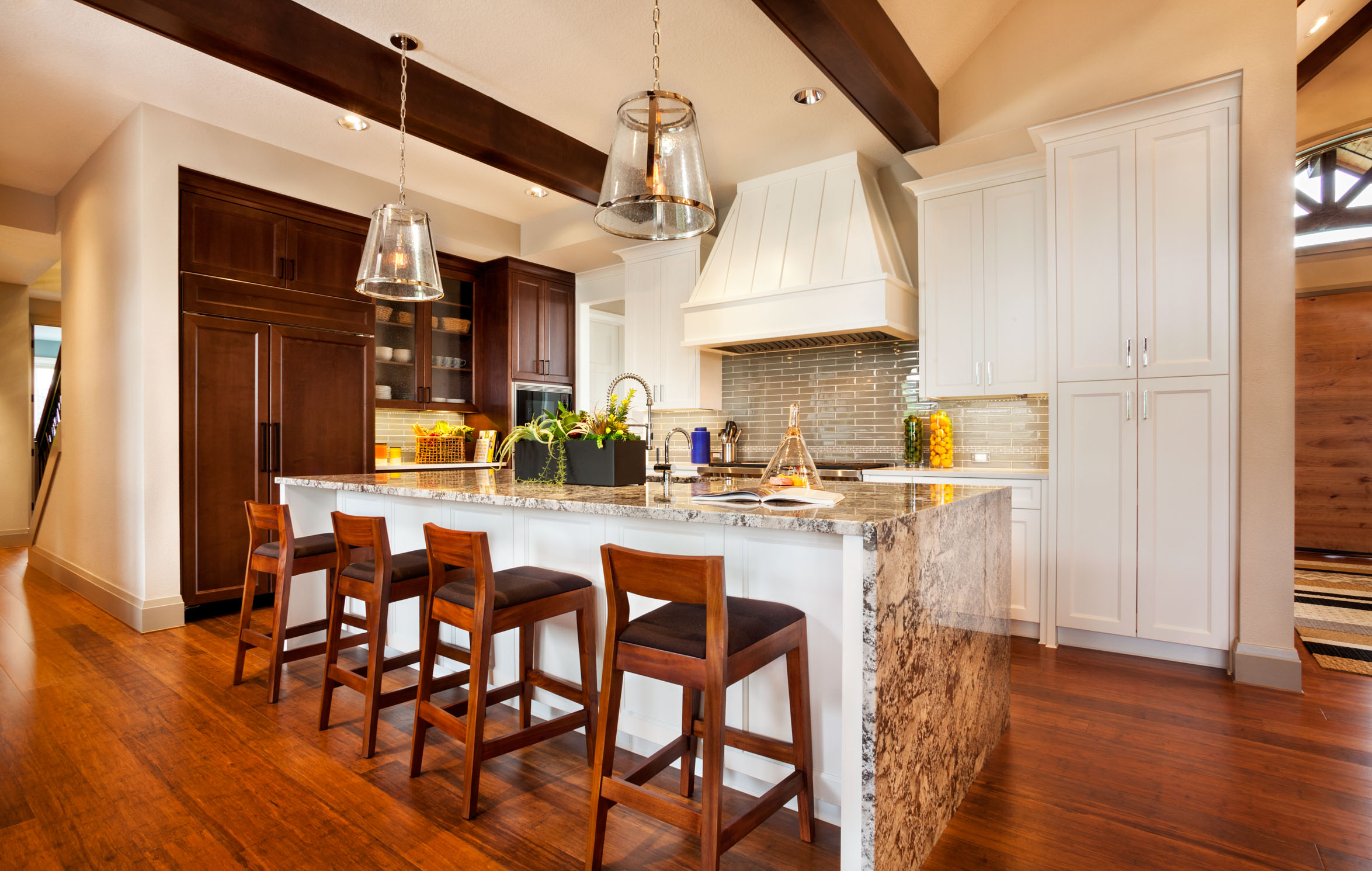kitchens that blend contemporary and traditional interiors, white kitchen cabinets, kitchen islands