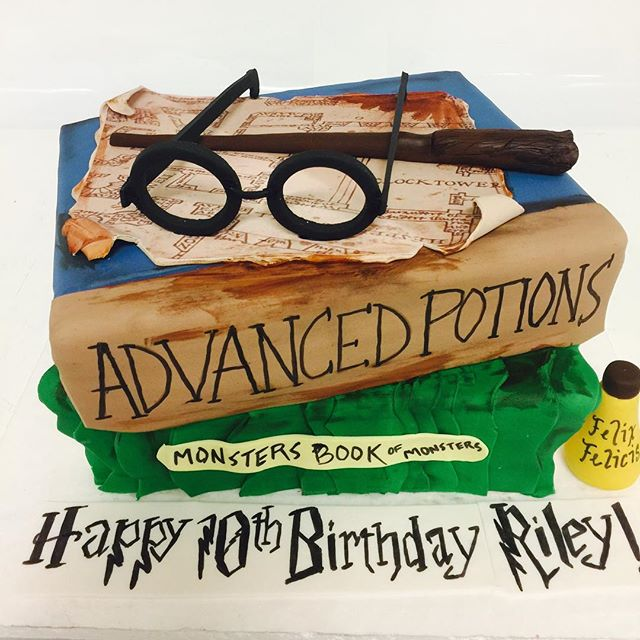 Summer reading time everyone!  #harrypotter #harrypottercakes #wizardcake #cakesatlanta #cakesmarietta #confectionperfection