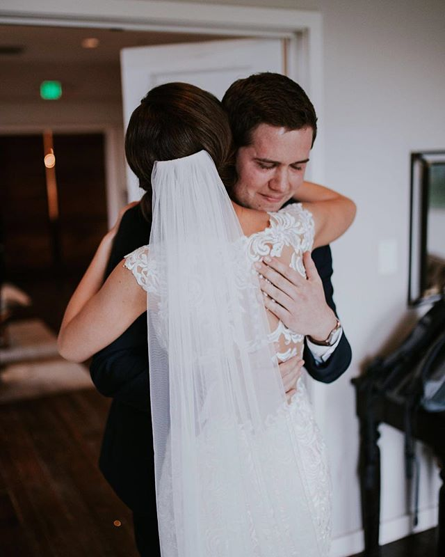 The hug after the first look is a moment that's hard to beat!⠀ ⠀ #firstlook #nashvillewedding #thecordelle #bride #groom #nashvillebride