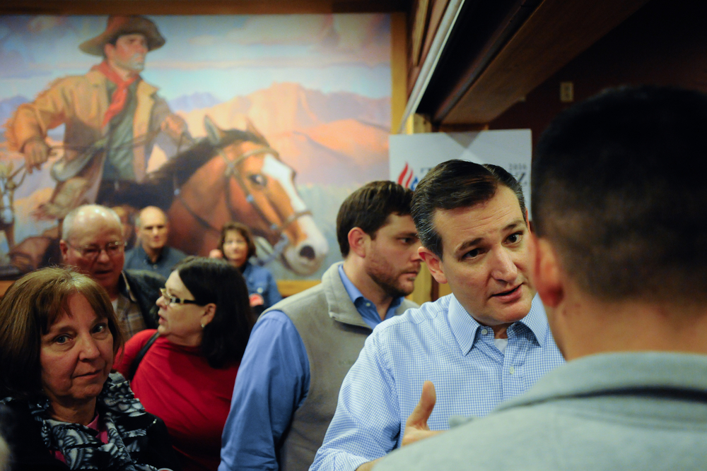 U.S. Republican presidential candidate Ted Cruz talks to supporters at a campaign stop at a Pizza Ranch restaurant in Newton, Iowa November 29, 2015. REUTERS/Mark Kauzlarich